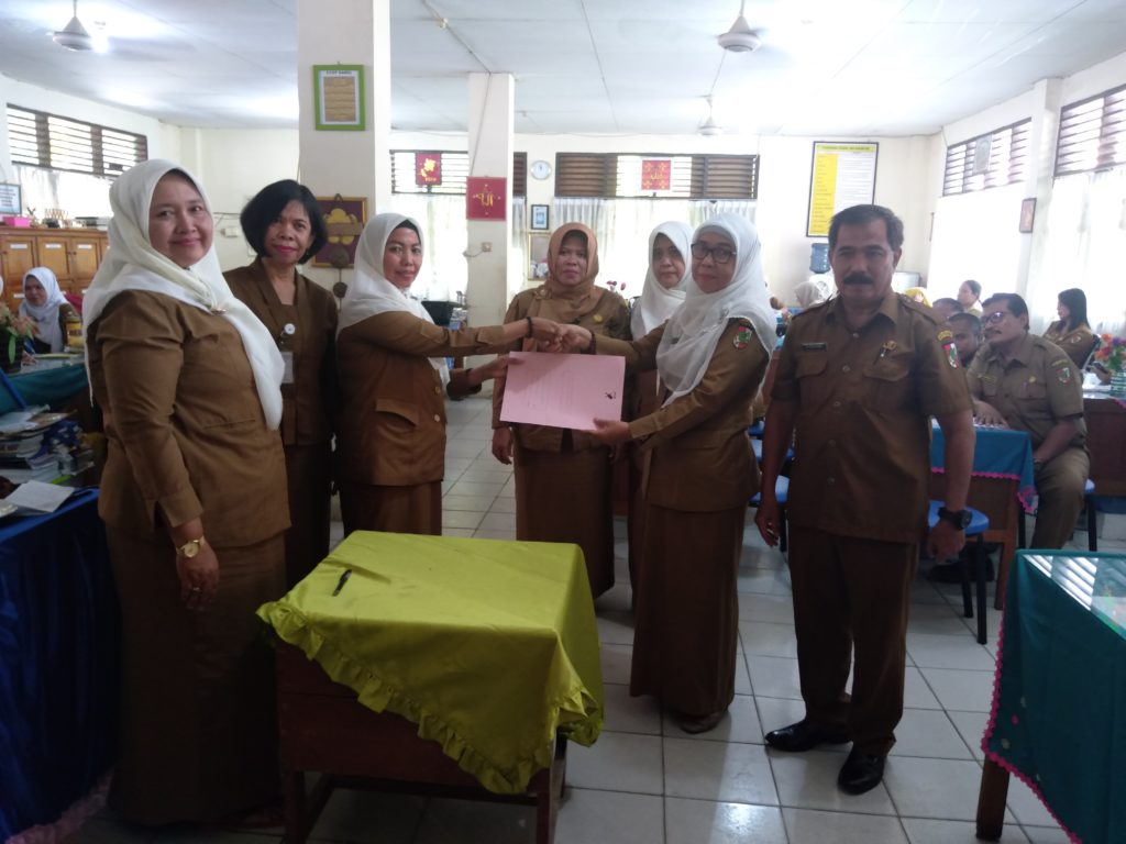 Acara Sertijab Kepsek SMPN 16 Berjalan, Aman dan Lancar dari Erliaty,S.Pd Kepada Arbaiyah,S.Pd.