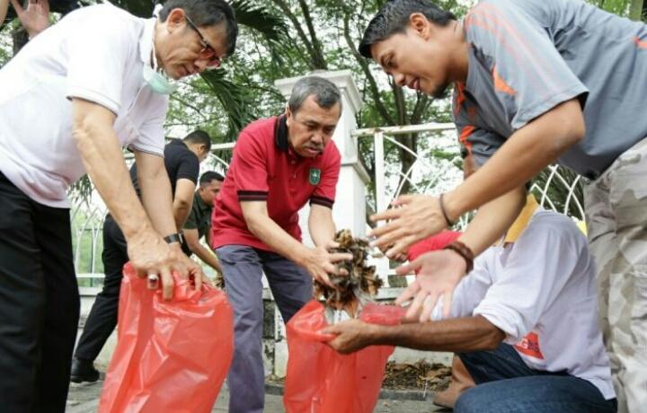 Gubri Bersama ASN dan THL Gotong Royong Bersihkan Areal Masjid Raya An-Nur Pekanbaru