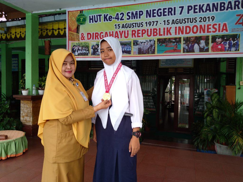 """Luar Biasa Prestasi """"Najwa Siswi SMPN 7 Peraih Medali Emas"""" Harumkan Nama Sekolah"""