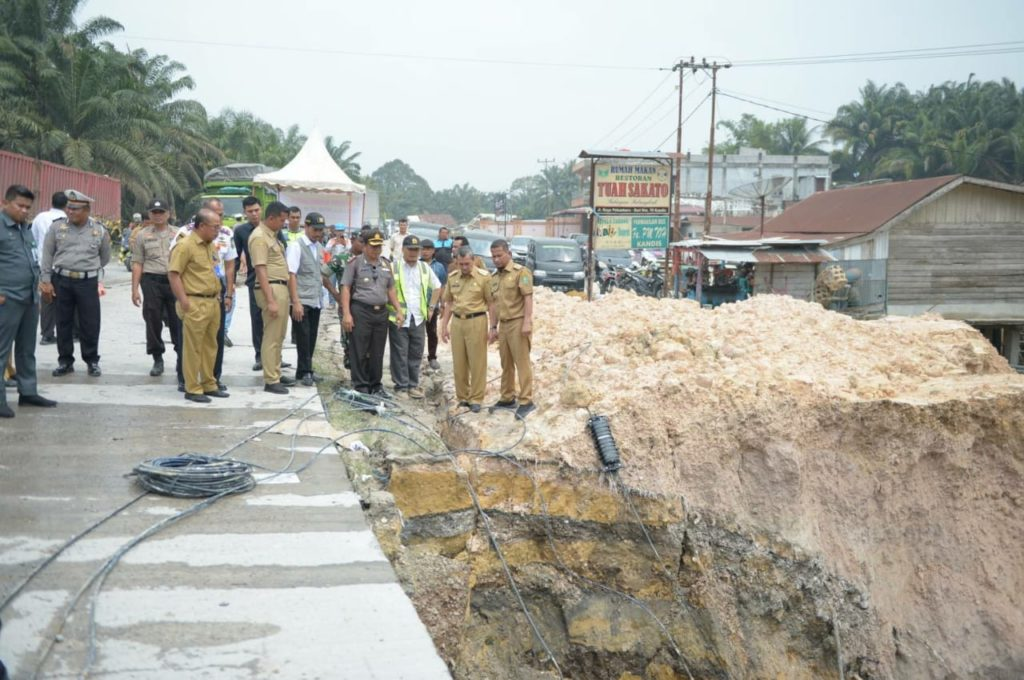 Gubri Syamsuar Tinjau Bahu Jalan Nasional Kilometer 70 Kandis – Duri yang Runtuh