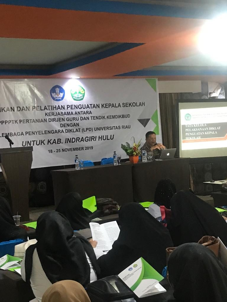 Prof.Dr. Jimmy Copriyady,M.Si Sebagai Pemateri Pendidikan Pelatihan dan Penguatan Kepala Sekolah di Pekanbaru