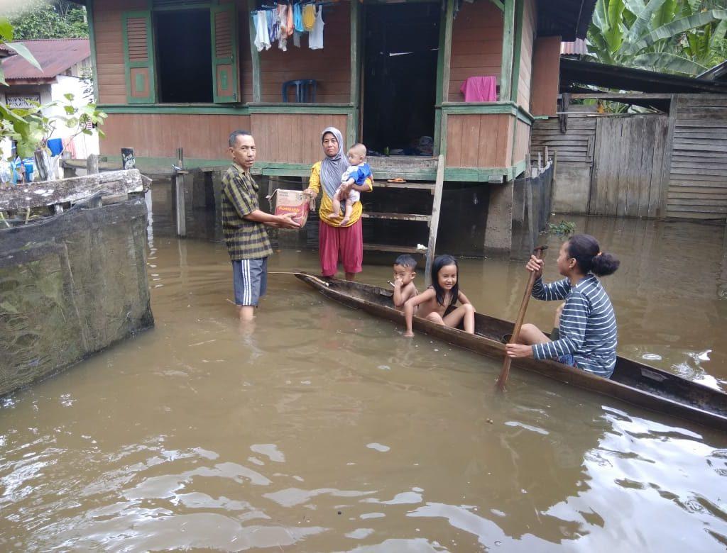 Pemerintah Desa Seberang Pulau Busuk Salurkan Bantuan Bencana Banjir